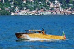 在科莫湖的快艇 免版税库存图片