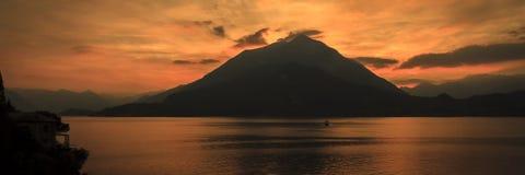 在科莫湖的橙色日落 免版税库存照片