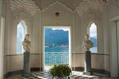 在科莫湖,意大利,伦巴第海岸线的看法地区 从摩尔人亭子的意大利风景视图在别墅著名Melzi的庭院里 免版税库存图片