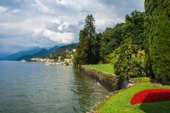 在科莫湖,意大利,伦巴第海岸线的看法地区 从Bellagi别墅Melzi庭院著名地标的意大利风景视图  图库摄影