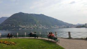 在科莫湖,科莫,意大利的夫妇 库存图片