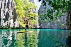 在秘密盐水湖站立明轮轮叶, El Nido,菲律宾 库存图片