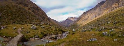 在秘鲁全景射击的Salcantay线索 免版税图库摄影
