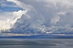 在秘鲁壮观titicaca的cloudscape湖 免版税库存照片