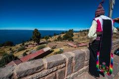 在秘鲁安地斯供以人员看普诺 免版税图库摄影