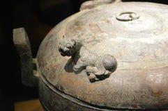 在秦始皇兵马俑的古老古铜色花瓶 库存照片