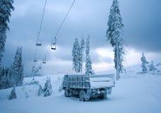 在积雪的冬天风景结冰的汽车与在寒冷的霜 免版税图库摄影