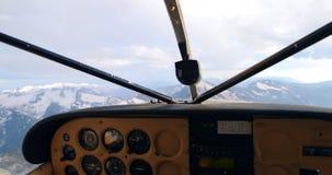 在积雪的山4k的试验飞行的飞机 股票录像