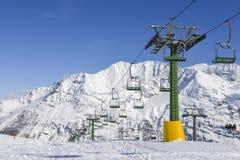 在积雪的意大利滑雪区域在阿尔卑斯-与拷贝空间的冬季体育概念的驾空滑车 库存照片