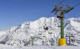 在积雪的意大利滑雪区域在阿尔卑斯-与拷贝空间的冬季体育概念的驾空滑车 库存图片