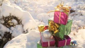 在积雪的森林新年题材的圣诞节礼物 免版税库存图片