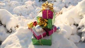 在积雪的森林新年题材的圣诞节礼物 图库摄影