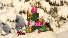 在积雪的森林新年题材的圣诞节礼物 免版税库存照片