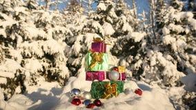 在积雪的森林新年题材的圣诞节礼物 库存照片