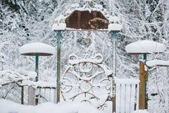 在积雪的森林背景的老门  免版税库存照片