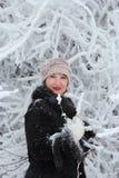 在积雪的结构树之中的女孩 免版税库存照片