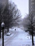 在积雪的街道上 免版税库存图片