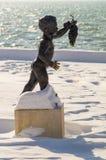 在积雪的街道的城市雕塑在保加利亚语波摩莱,冬天的中心 库存图片