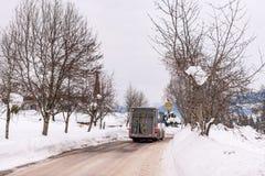 在积雪的路的奥地利滑雪公共汽车 施拉德明Dachstein,Dachstein断层块,利岑县,施蒂里亚,奥地利 库存图片