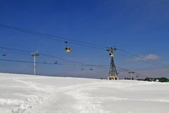 在积雪的风景、克什米尔、查谟和Kashmi的滑雪吊车 库存照片