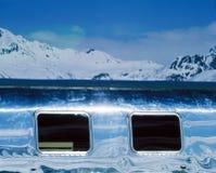 在积雪的风景的一辆有蓬卡车在阿尔卑斯瑞士 免版税图库摄影