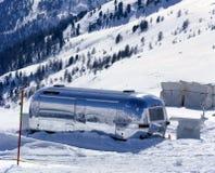 在积雪的风景的一辆有蓬卡车在阿尔卑斯瑞士 免版税库存图片