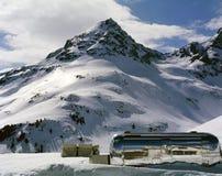 在积雪的风景的一辆有蓬卡车在阿尔卑斯瑞士 库存图片