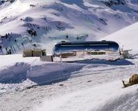 在积雪的风景的一辆有蓬卡车在阿尔卑斯瑞士 免版税库存照片