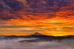 在积雪的Mt敞篷的黎明在日出期间 库存图片