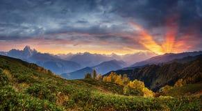 在积雪覆盖的山峰的日落 免版税库存照片