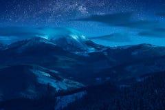 在积雪覆盖的峰顶上的夜空 免版税库存照片