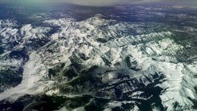在积雪覆盖的落矶山, 4K的鸟瞰图 股票视频