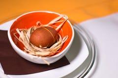 在秸杆的复活节彩蛋在套色板和桌布 免版税库存图片