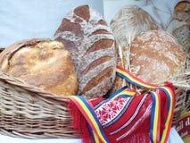 在秸杆篮子的传统罗马尼亚新鲜面包 库存图片