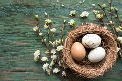 在秸杆篮子的复活节彩蛋  免版税库存图片