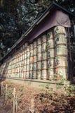 在秸杆缘故包裹的日本桶堆积在vi的架子 免版税库存照片