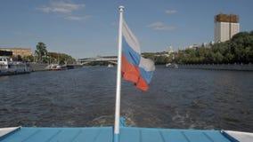 在移动沿Moskva河的小船的俄国旗子 影视素材