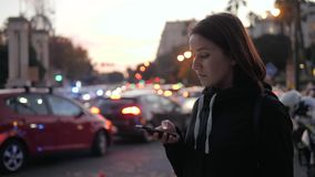 在移动电话城市街道汽车的年轻美好的微笑的妇女谈话乘出租车音频消息语音识别ai帮手 股票录像