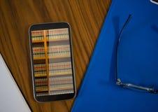 在移动电话屏幕上的书架 库存图片