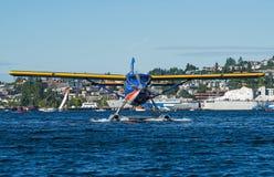 在移动的五颜六色的水上飞机头通过水 库存图片