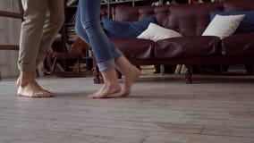 在移动舞蹈特写镜头的图书馆的年轻夫妇在家一起圣徒华伦泰` s天概念 股票视频