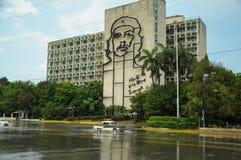 在稀土的哈瓦那,古巴- 2013 5月30日,老经典美国汽车驱动 库存照片