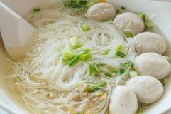 在稀汤的米细面条 免版税库存图片
