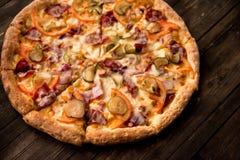 在稀薄的外壳的可口薄饼与鸡、乳酪、腌汁和胡椒 免版税库存图片