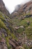 在稍兵足迹的沟壑对Tugela秋天 库存照片