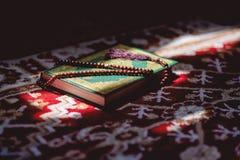在穆斯林古兰经圣经的念珠  免版税库存图片