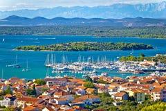 在穆泰尔岛附近的克罗地亚海岛群岛视图 免版税库存照片