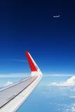 在空中的飞机飞行在云彩上 清楚的天空背景 库存照片
