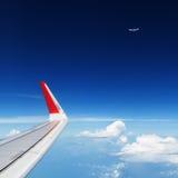 在空中的飞机飞行在云彩上 清楚的天空背景 库存图片