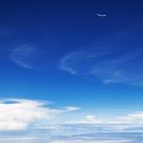 在空中的飞机飞行在云彩上 清楚的天空背景 免版税库存照片